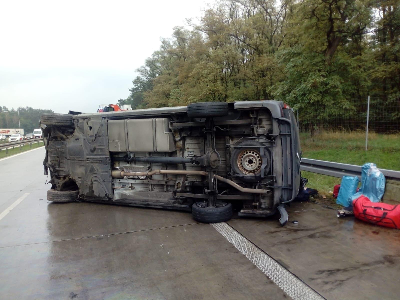 Photo of Przewrócony bus na S8. Dwie osoby nie żyją, pięć zostało rannych