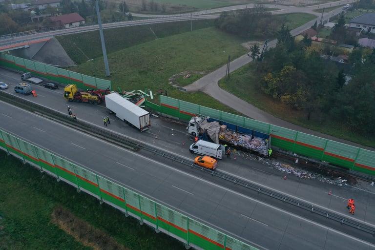 Photo of Wypadek na S8. Na jezdnię wylało się… drogie wino [ZDJĘCIA Z DRONA]