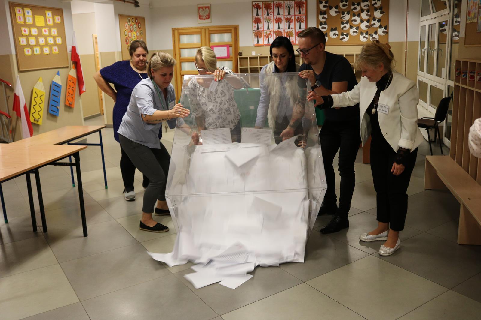 Photo of Lokale wyborcze zamknięte. Trwa liczenie głosów  – WIDEO, ZDJĘCIA