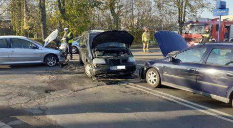 Kolizja trzech samochodów na Szkolnej. Jedna osoba trafiła do szpitala