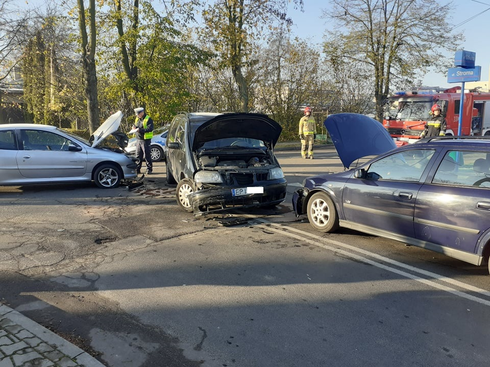 Photo of Kolizja trzech samochodów na Szkolnej. Jedna osoba trafiła do szpitala