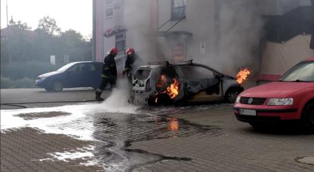 Pożar samochodu w centrum miasta – ZDJĘCIA, FILM