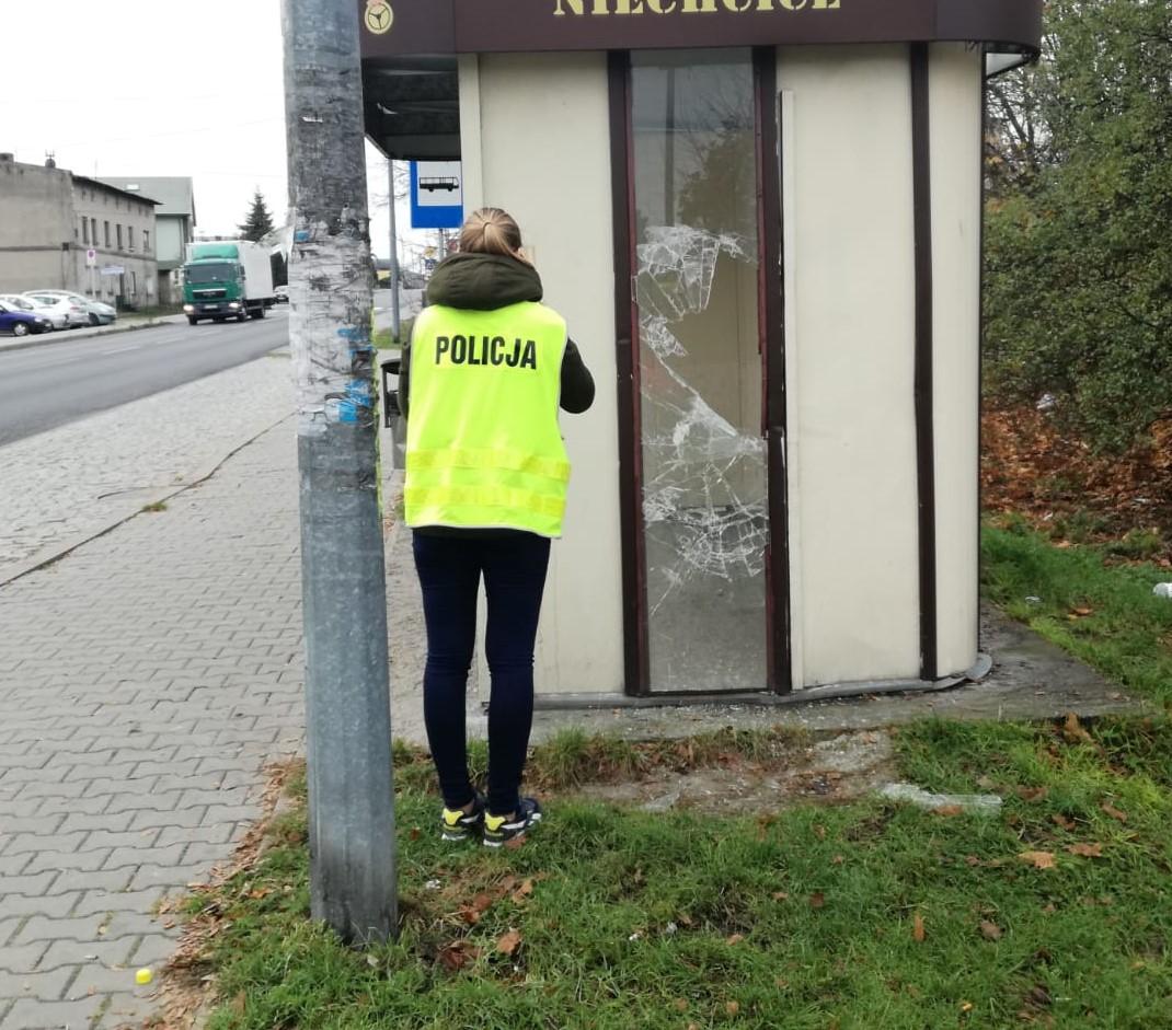 Photo of Miał 3 promile i wybił szybę na przystanku – straty 700 złotych