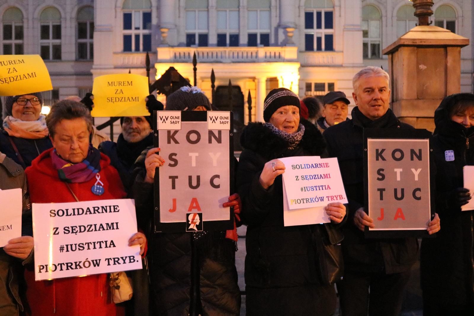Photo of Protest przed budynkiem sądów – ZDJĘCIA, FILM