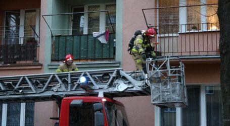 Interwencja strażaków w bloku przy Mieszka I – ZDJĘCIA