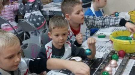 Dzieci z Gorzkowic odwiedziły fabrykę bombek
