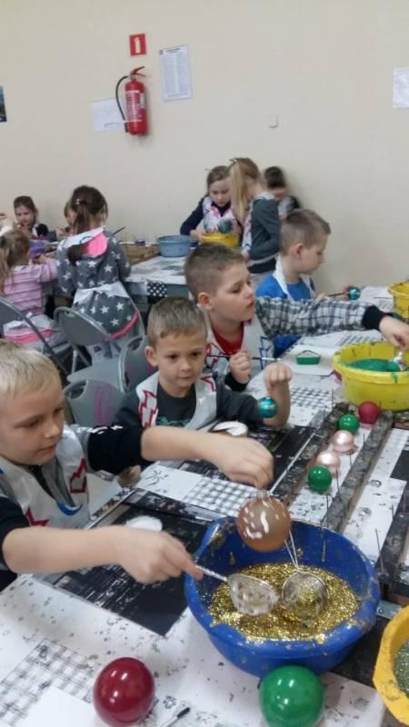 Photo of Dzieci z Gorzkowic odwiedziły fabrykę bombek