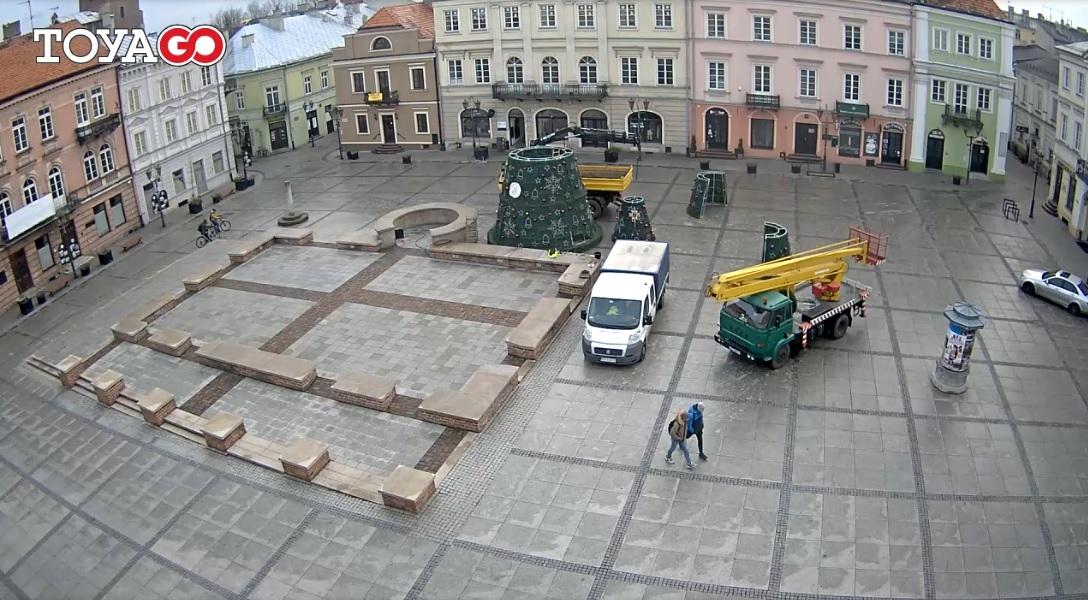 Photo of Instalują choinkę na Rynku Trybunalskim
