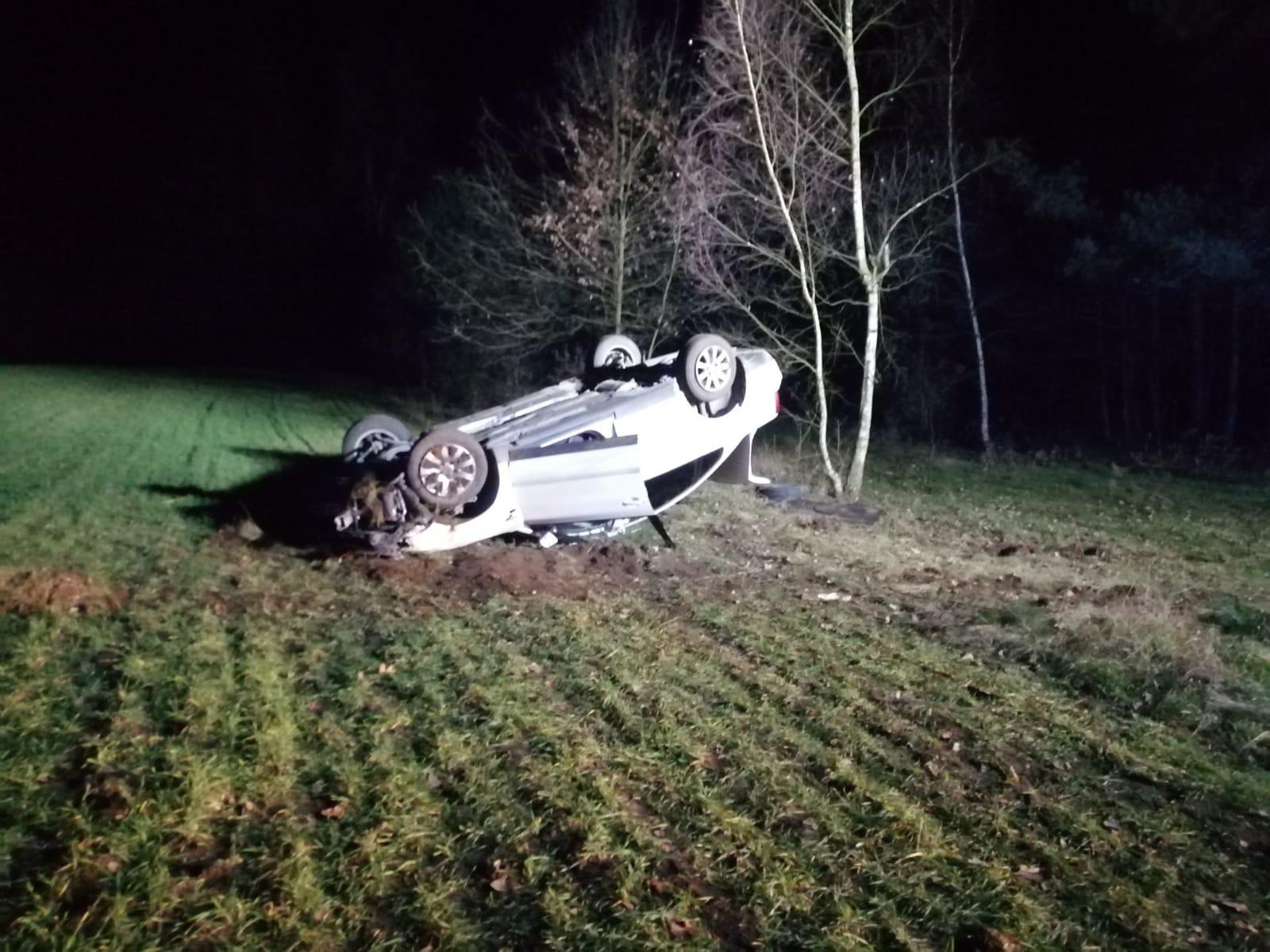 Photo of Kolejny pijany za kółkiem. Tym razem kierowca dachował, a w aucie wiózł 12-letniego syna
