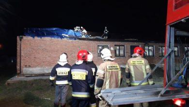 Photo of Uszkodzone dachy, przewrócone rusztowanie, powalone drzewa – Sabina jednak nie odpuszcza