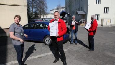 Photo of Starosta przekazał maseczki dla obu piotrkowskich szpitali. To jednak nie koniec darów!