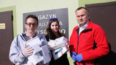 """Photo of Nie tylko szpitale otrzymały maseczki. 500 sztuk trafiło do """"Widzialnej ręki"""""""