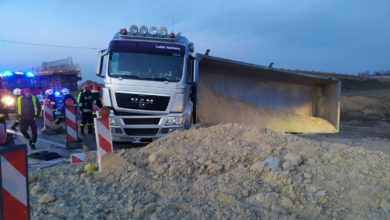 Photo of Przewróciła się ciężarówka przewożąca suchy piach