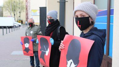 """Photo of """"Odrzuć projekt Godek. Nie składamy parasolek"""". Ogólnopolski Strajk Kobiet protestuje także w Piotrkowie"""