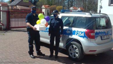 Photo of W dniu urodzin policjanci odebrali tort dla 6-latki przebywającej w kwarantannie