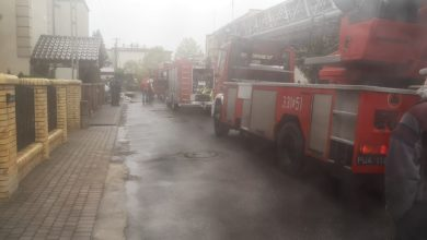 Photo of Podczas pożaru dziewczynka bała się ewakuować z balkonu na 2 piętrze. Strażak podczas akcji cały czas ją wspierał