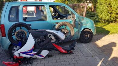 Photo of Zderzenie motocykla z osobówką. Pierwszeństwo wymusił 88-latek kierujący oplem