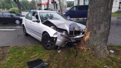 Photo of Wypadek na skrzyżowaniu Słowackiego i Armii Krajowej. BMW wpadło na chodnik i uderzyło w drzewo