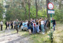 """Photo of Uczniowie z """"Ekonomika"""" sprzątali las"""
