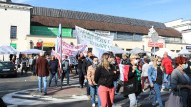 Photo of Kupcy protestowali przed Urzędem Miasta. Handlujący blokowali także przejścia dla pieszych – FILM, ZDJĘCIA