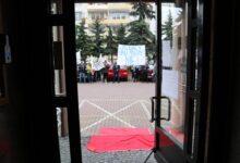 Photo of Kupcy rozwinęli prezydentowi czerwony dywan. K.Chojniak nie wyszedł do protestujących – ZDJĘCIA, FILMY