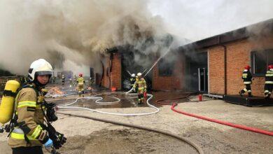 Photo of 10 zastępów strażaków walczyło z pożarem magazynu tektury