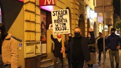 Photo of Kolejny wieczór z protestem kobiet. Z każdym dniem więcej spacerujących