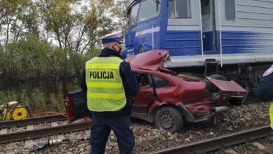 Photo of Samochód zderzył się z pociągiem. Dwie osoby zginęły na miejscu