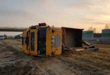 Photo of Ciężarówka zahaczyła HDS-em o nowy wiadukt na A1. Samochód przewrócił się na jezdnię