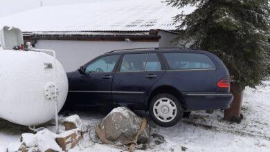 Photo of W Majkowie Dużym samochód wpadł na posesję i uszkodził zbiornik z gazem