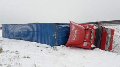 Photo of Na drogach nadal trudne warunki do jazdy. Na A1 TIR przewrócił się do rowu