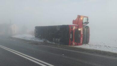Photo of Dachowanie osobówki,  zderzenie z drzewem i wywrócona ciężarówka – bilans porannych wypadków