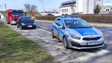 Photo of Mercedes stoczył się ze skarpy, przejechał kilkadziesiąt metrów i zatrzymał się na krzakach