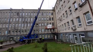 Photo of Nowy tomograf już w szpitalu. Do załadunku trzeba było wymontować okno i wezwać dźwig! FILM, ZDJĘCIA