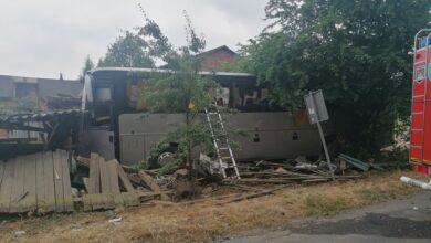 Photo of Wypadek autobusu pracowniczego – kierowca nie przeżył. Pojazd wpadł w ogrodzenie i drewnianą wiatę