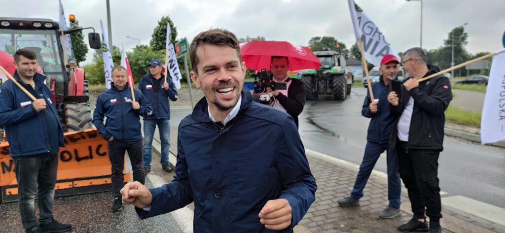 """Kołodziejczak: """"To tutaj jest serce Polski, którego nie chcą reanimować politycy"""". Drugi dzień protestu rolników"""