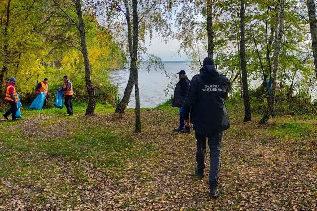 Osadzeni sprzątali okolice Zalewu Sulejowskiego. Zebrali 50 worków śmieci