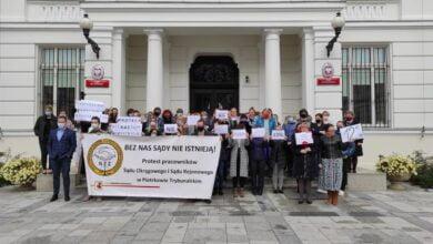 Photo of Protest pracowników administracyjnych piotrkowskich sądów – ZDJĘCIA, FILM